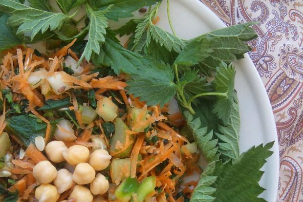 Салат с нутом и молодой крапивой