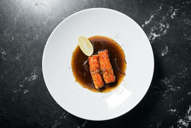 Фаланги краба с устричным соусом в воке