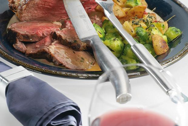 Рибай с молодой картошкой, брюссельской капустой и соусом грейви