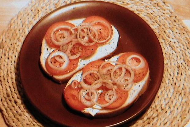 Закусочные бутерброды с помидором и луком