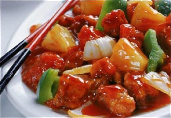 Курица с овощами, рисом, зеленью в кисло-сладком соусе
