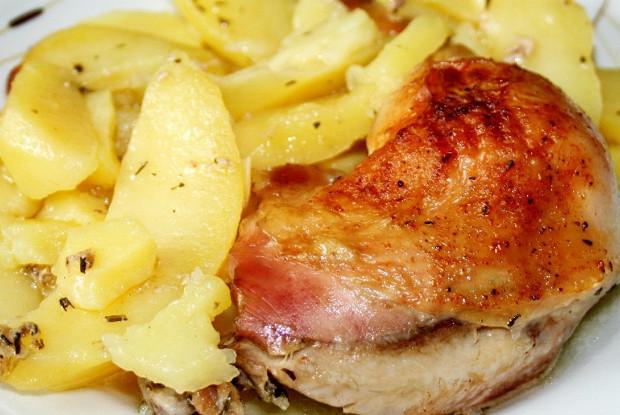 Курица с картофелем, запеченная под майонезом с базиликом