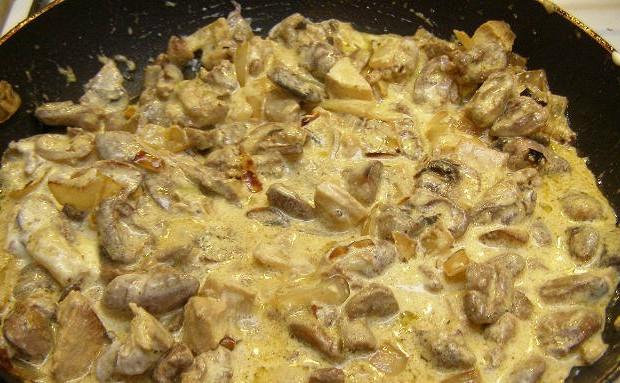 Грибы с куриной грудкой в сметане
