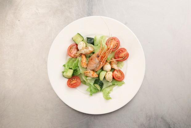 Салат из гребенчатых креветок со свежими овощами