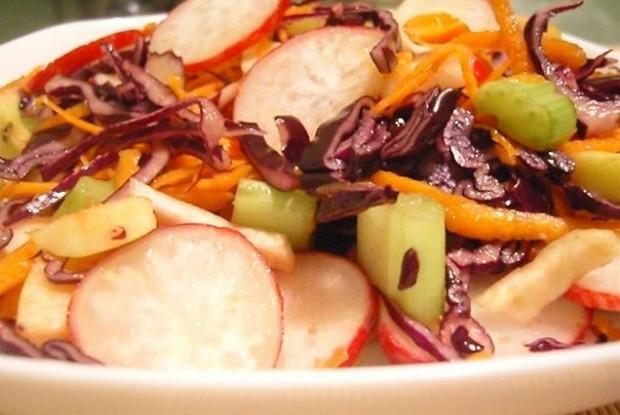 Красно-белый овощной салат с яблоком