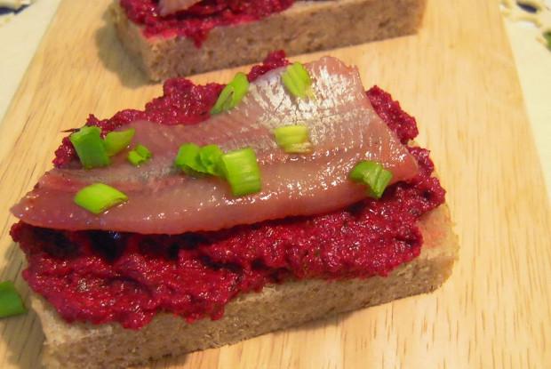 Бутерброд с горчичной селедкой и свеклой