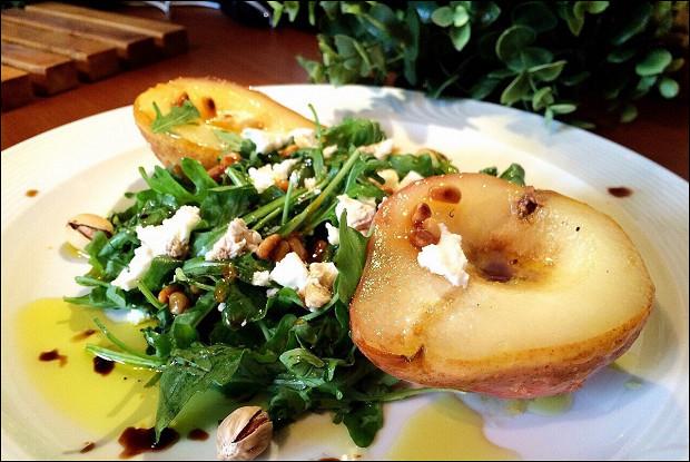 Салат с молодым сыром и карамелизированной грушей