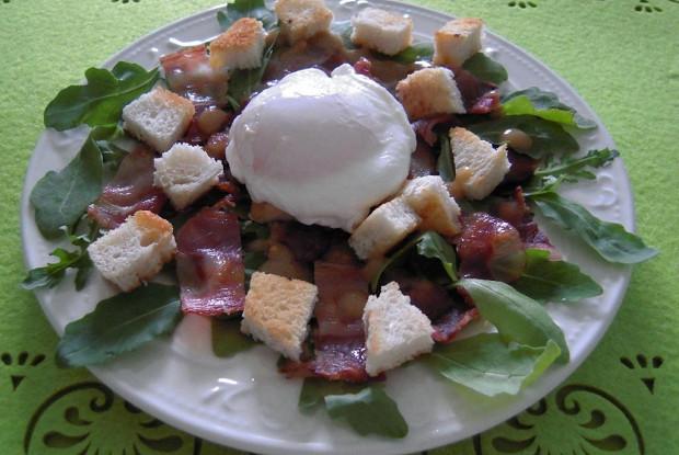 Салат из фризе, яиц пашот и бекона
