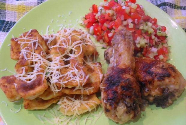 Курица с картофельным хворостом и овощами пико