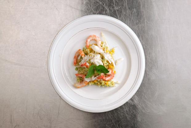 Калифорнийский салат из киноа с креветками и крабом