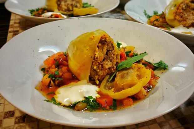 Перцы, фаршированные печенью и мясом индейки с овощной сальсой