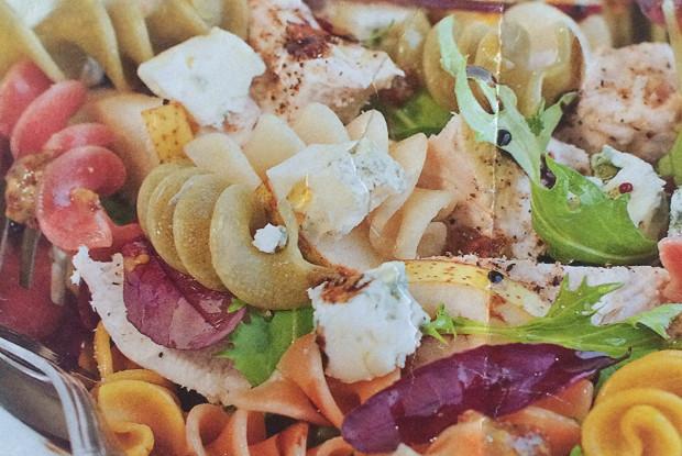 Салат из пасты с курицей, грушами и дорблю