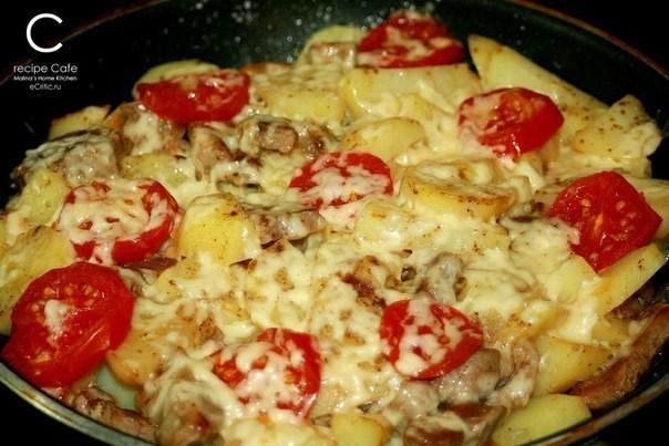 Свинина с картофелем, запеченная под сыром на сковороде «по-французски»