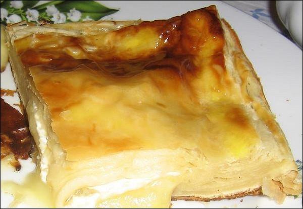 Пирог с твердым сыром и сметаной