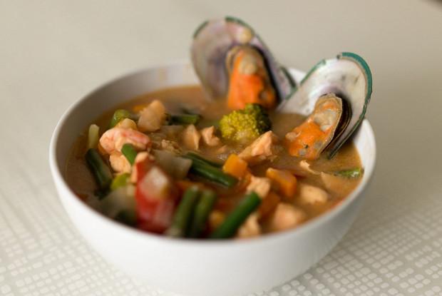Густой томатный суп с лососем, тигровыми креветками и мидиями