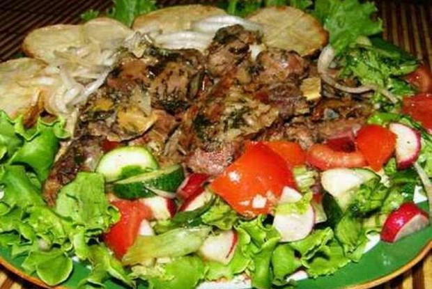 Жареная телятина с томатным соусом, маринованным луком и свежими овощами