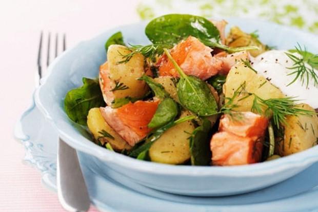 Салат с запеченным лососем