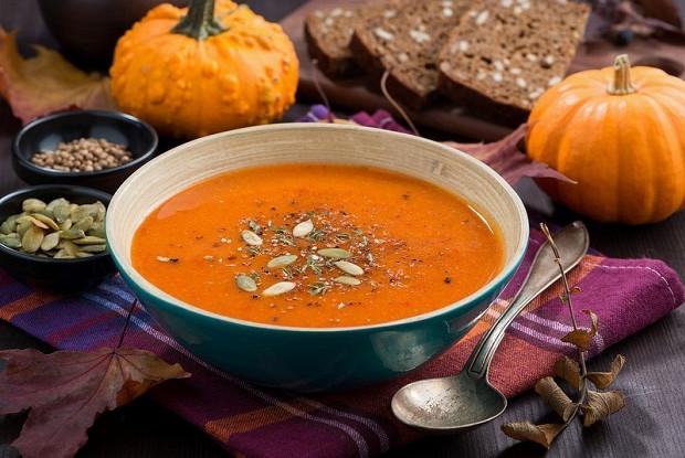 Ароматный тыквенный суп с чечевицей и кориандром