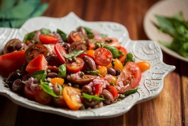 Салат из помидоров с оливками и каперсами от Резы