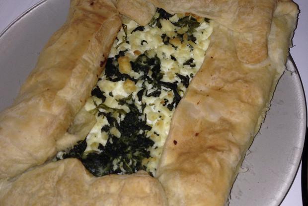 Пирог из слоеного теста со шпинатом и брынзой