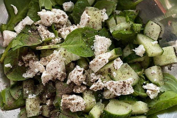 Салат из огурцов, шпината и феты