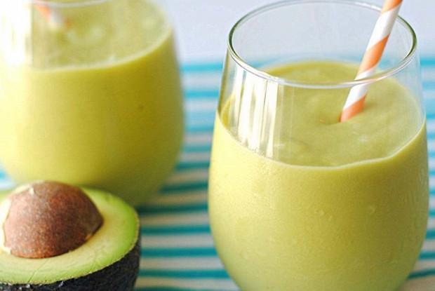 Смузи из авокадо, апельсина, банана и лимонного сока