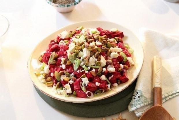 Рождественский свекольный салат с сыром фета