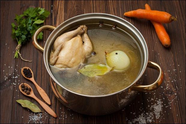 Домашняя курица в луково-яичном бульоне