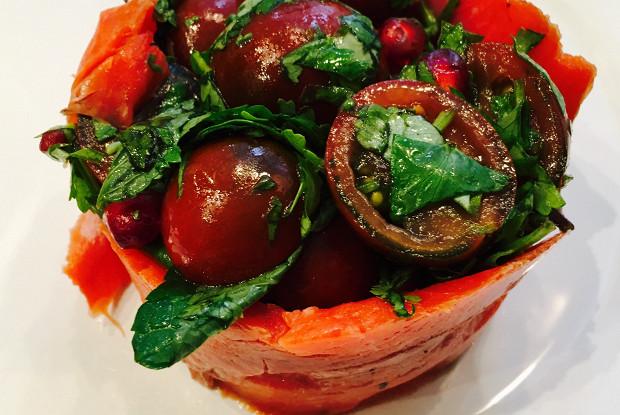 Салат из помидоров черри с копченым лососем