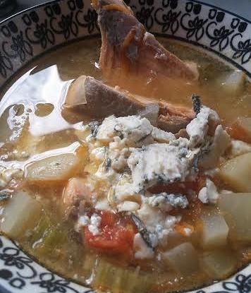 Копченый рыбный суп с грушей, репой и горгонзолой
