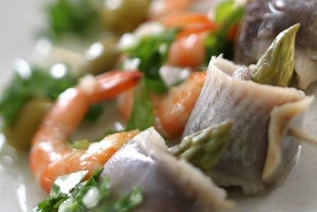 Салат с креветками, сельдью и спаржей