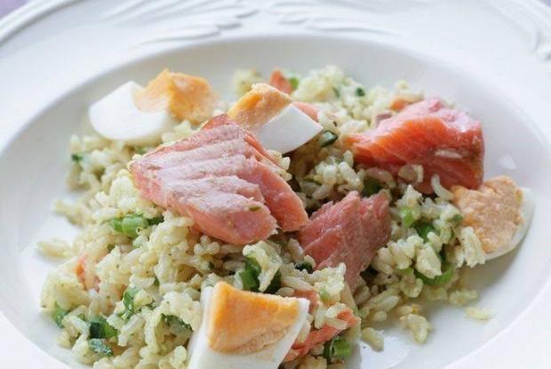 Коричневый рис с копченой форелью
