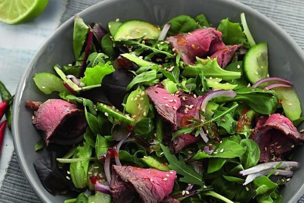 Тайский салат с говядиной, маринованной в устричном соусе