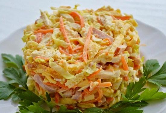 Салат с корейской морковью, ветчиной и омлетом