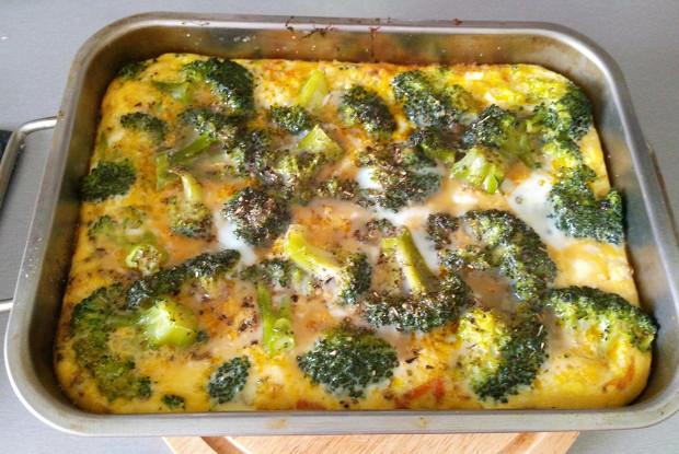 Брокколи, запеченная в духовке, с яйцами и травами