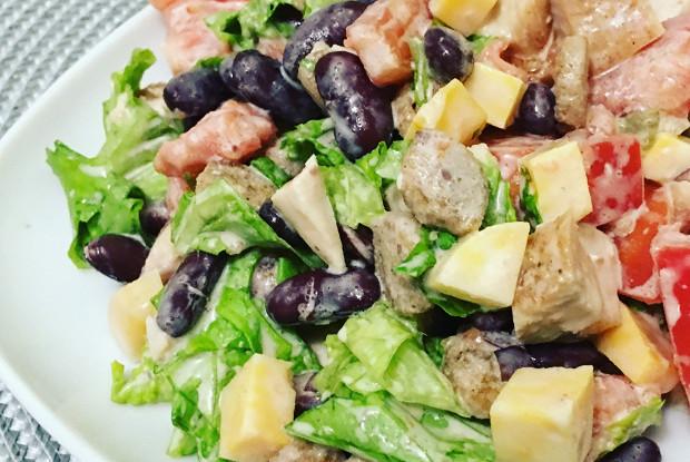 Сытный салат с курицей, сыром и сухариками