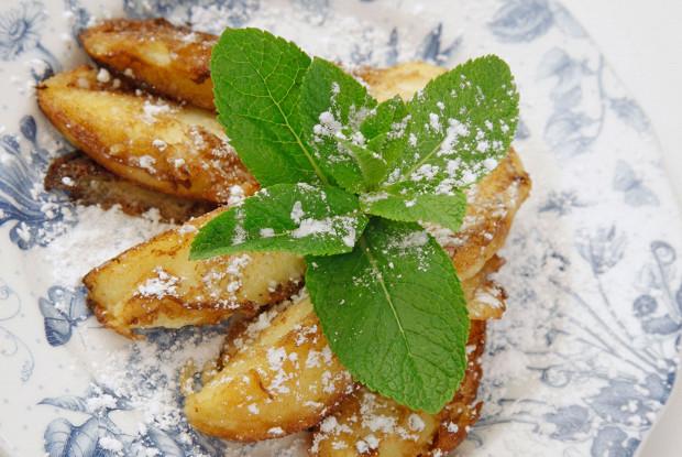Обжаренные яблочные дольки в омлете