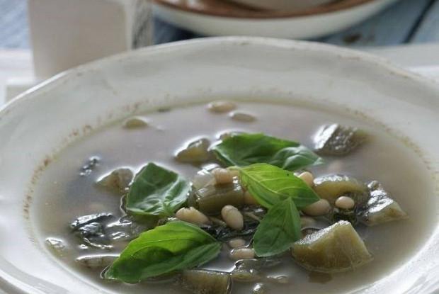 Фасолевый суп с баклажанами и белым вином
