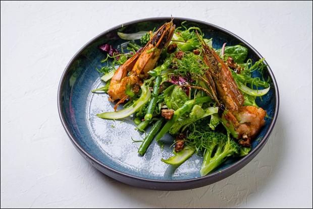 Зеленый салат с креветками и васаби-майонезом