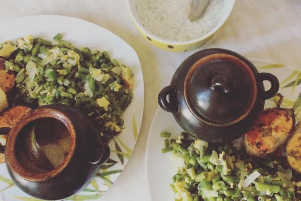 Лосось с зеленой фасолью, картофелем, запеченным в горшочке и сметанным соусом