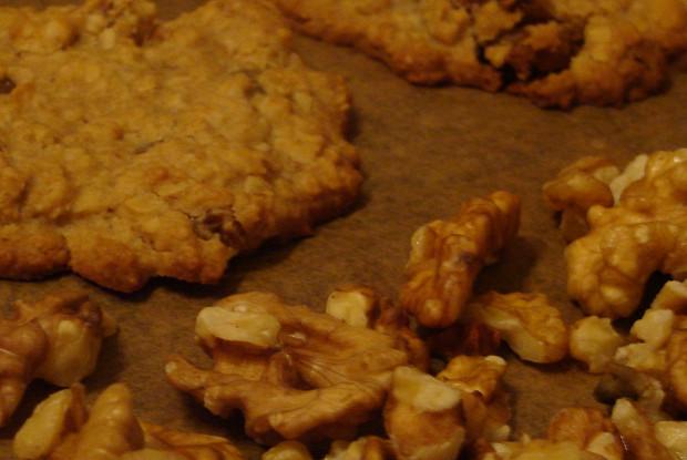Овсяное ароматное печенье с медом, грецкими орехами, изюмом