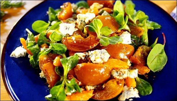 Салат из хурмы, мандаринов и сыра дор-блю