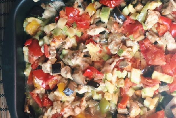 Рагу из овощей с курицей и сыром в духовке