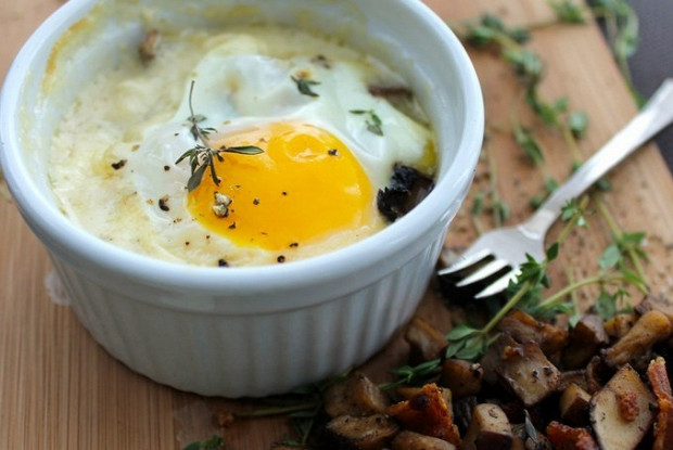 Печеная яичница с пармезаном и прованскими травами