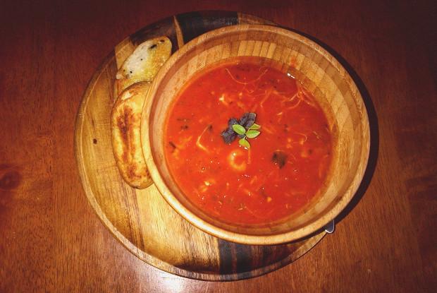 Томатный суп с морепродуктами, базиликом и моцареллой