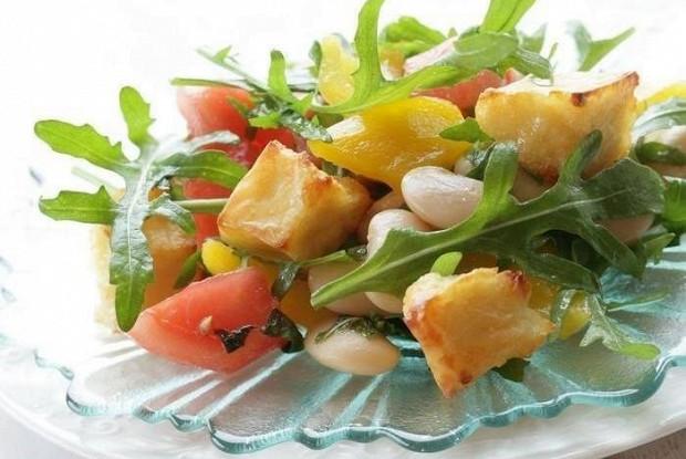 Салат с фасолью, рукколой и козьим сыром