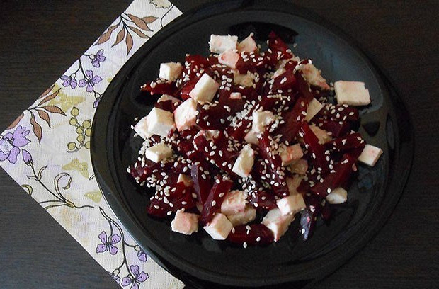 Салат из запеченой свеклы с адыгейским сыром