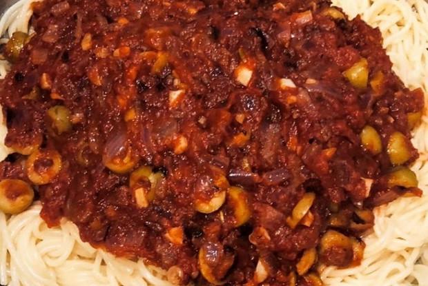 Паста арабьята с колбасой и оливками