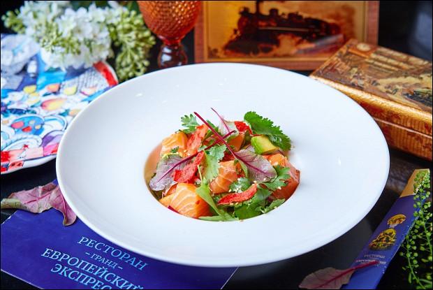 Тайское севиче с лососем, авокадо и папайя