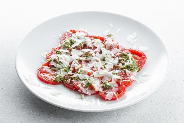 Спелые томаты с овечьим сыром и щавелевым песто